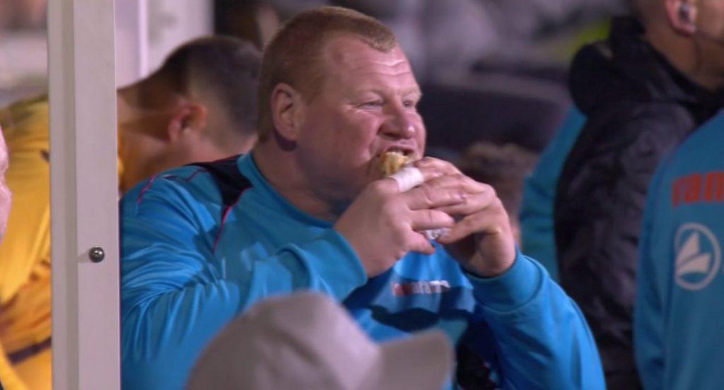 Wayne Shaw mangia il panino in panchina -foto by B-R Football-Twitter